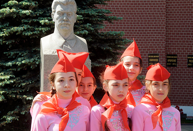 Школьницы на торжественном приеме в пионеры на Красной площади в Москве.