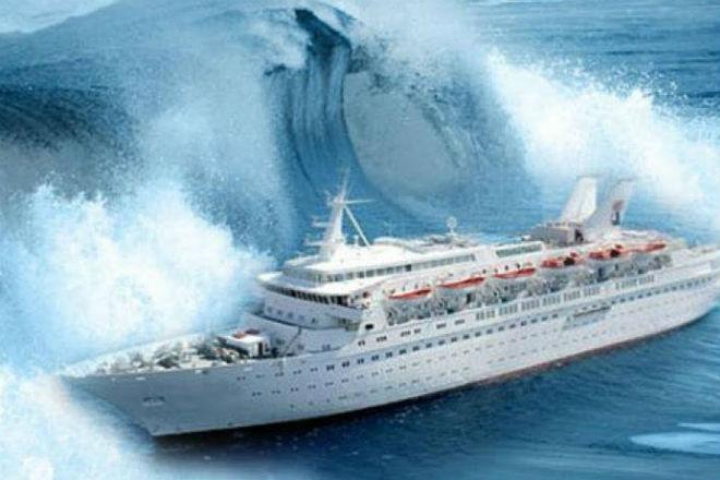 Пассажиры сняли как круизный лайнер раскачивает в девятибалльный шторм