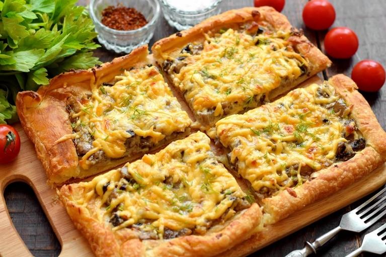 Пирог «Лентяй» с сыром и грибами