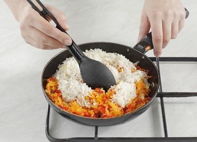 Шаг 3. Жареные овощи смешиваем с рисом.