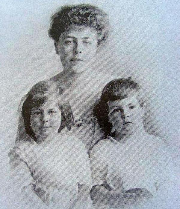 Эдуард Фальц-Фейн с матерью и сестрой Таисией в 1917 году
