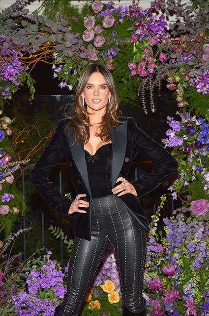 Образ дня: Алессандра Амбросио в бархатном корсете и кожаных штанах на презентации в Голливуде звездный стиль, алессандра амбросио