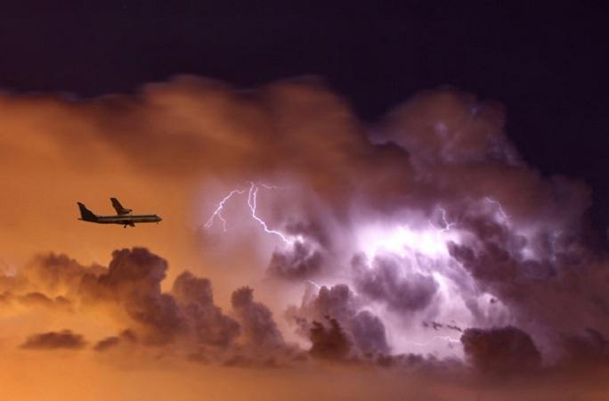 Молния ударила в два самолет…