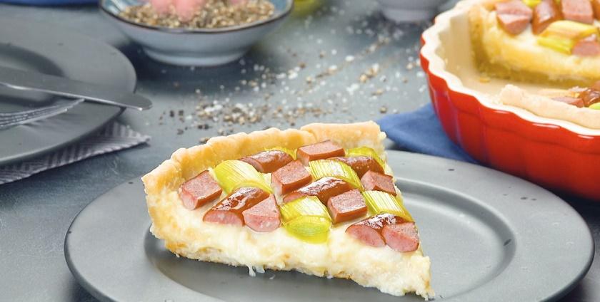 Сытный пирог с начинкой: сосиски, картошка и лук-порей в одном вкусном блюде