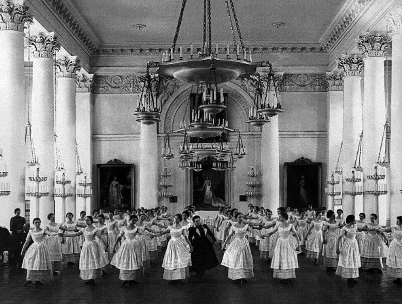 Воспитанницы Смольного института благородных девиц на уроке танцев, 1889 год 19 век, жизнь до революции, редкие фотографии, снимки, фотографии, царская россия