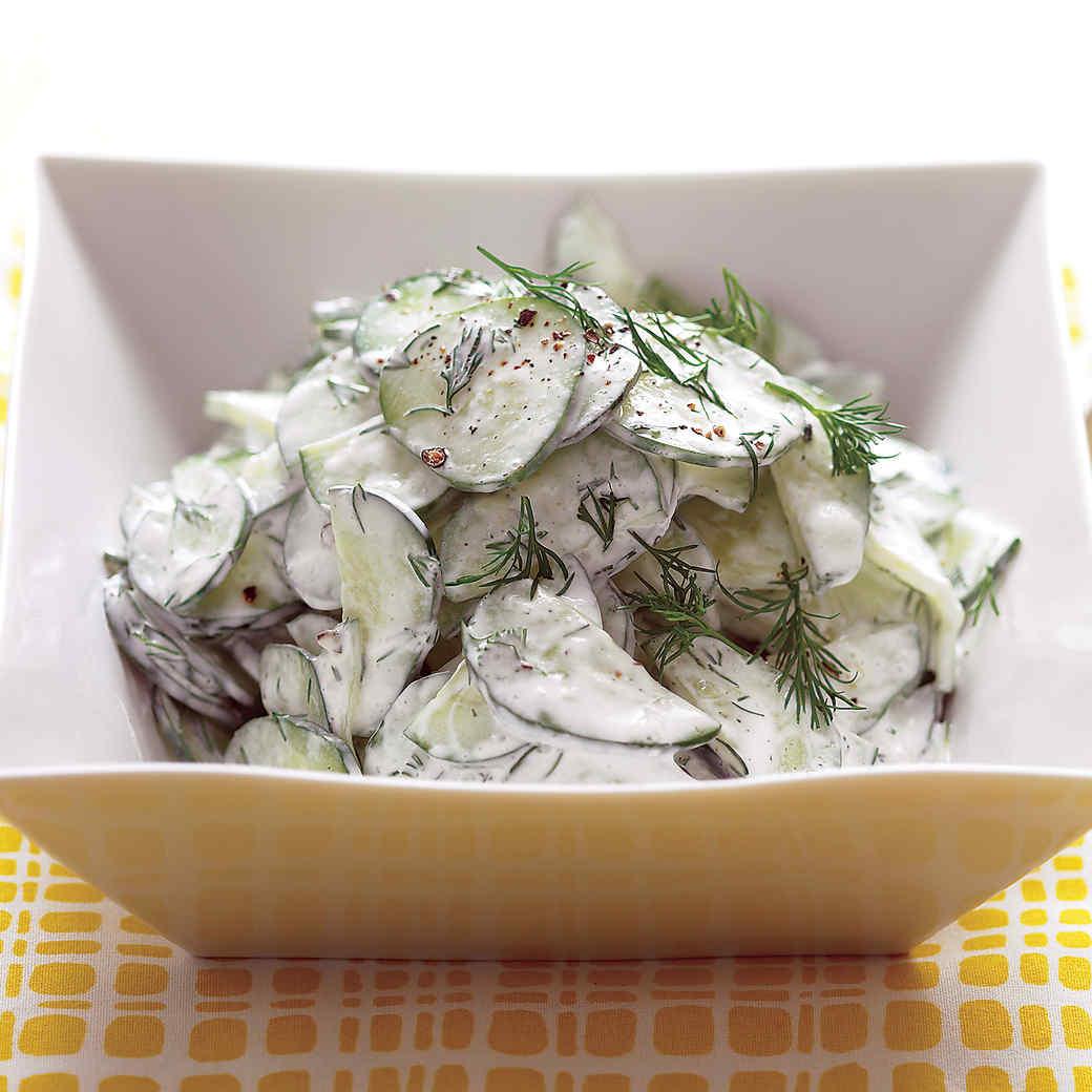 Салат из огурцов со сметаной и укропной заправкой: просто, быстро и феерически вкусно