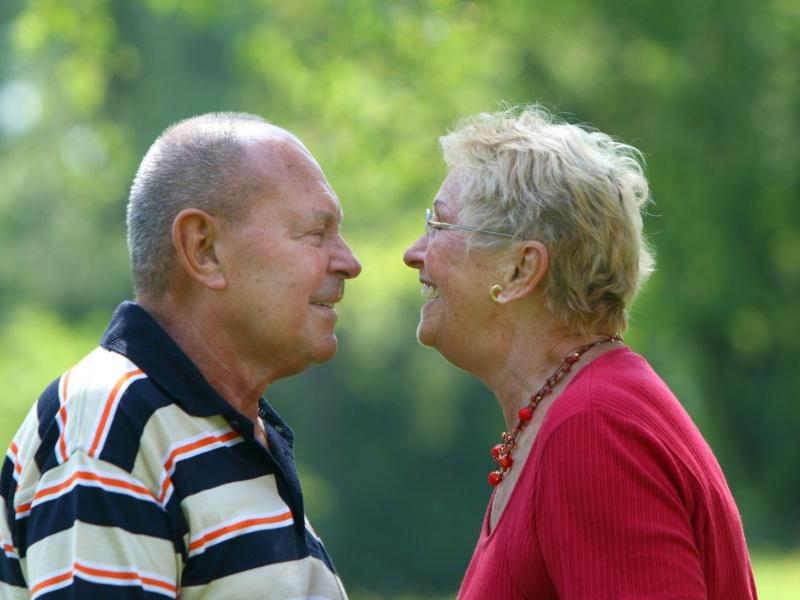 Чем чаще пожилые люди выходят из дому, тем дольше живут