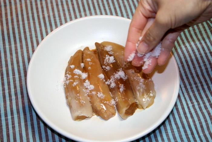 Копальхем чаще всего едят, нарезая тонкими ломтиками, присыпая солью. Фото: Twitter