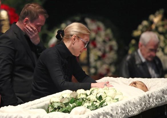 «Она просто сломалась и…»: Поведение вдовы Табакова у гроба артиста довело Сеть до слез