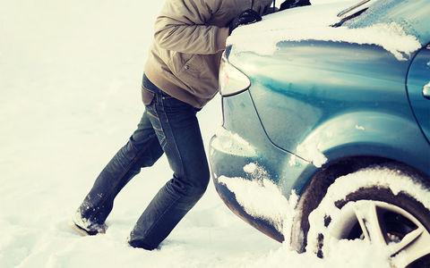 Парень помог вытолкнуть машину из снега. В благодарность его ограбили