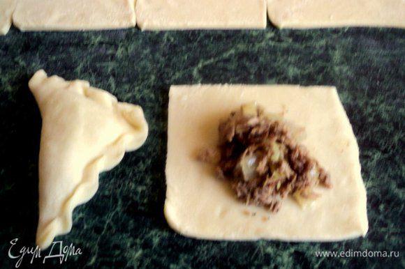 На тесто выложить по 1 ст.ложке начинки и слепить вареник.