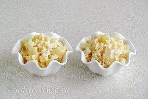 Салат из ананасов с сыром и чесноком готов