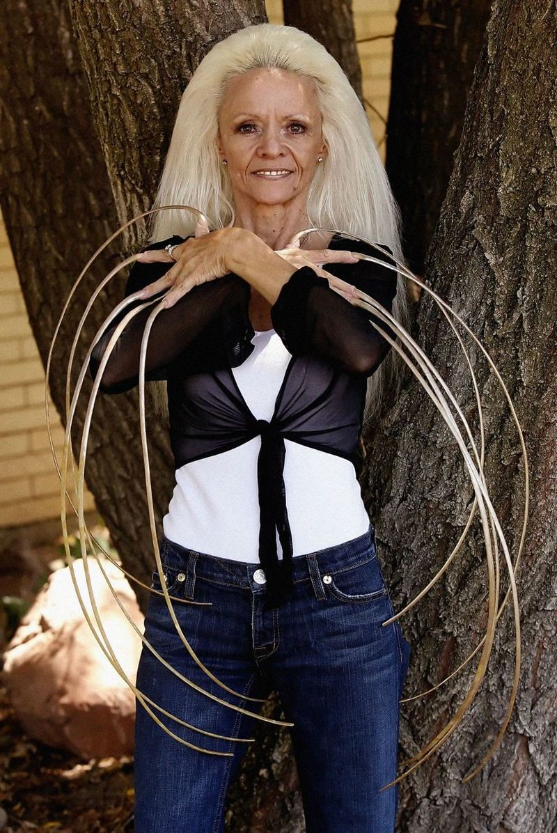 Женщины с большой грудью и длинными ногтями #1