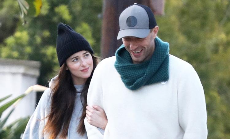 СМИ: Крис Мартин купил обручальное кольцо для Дакоты Джонсон Звезды,Звездные пары