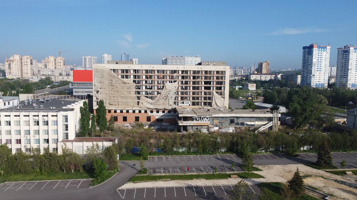 Показываю разрушенное здание «Молодежного центра» в Волгограде, некогда считавшееся визитной карточкой города