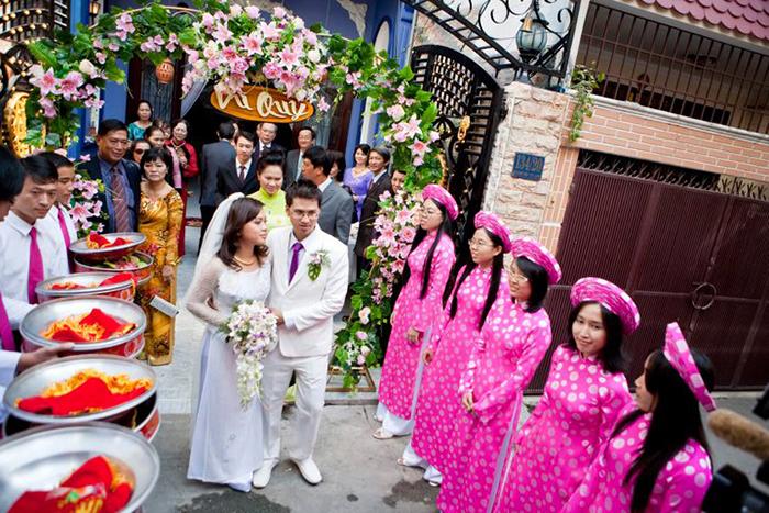 Для окружающих такие свадьбы выглядят совершенно обычными.