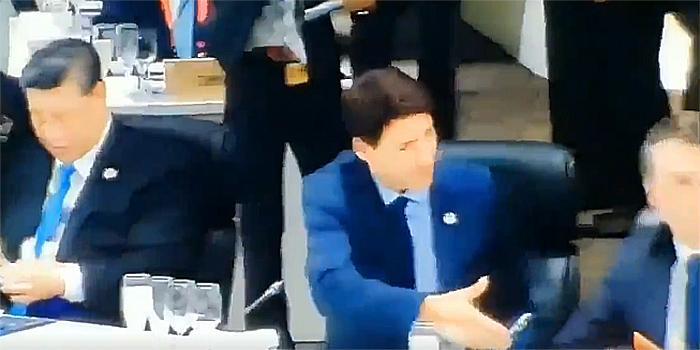 Президент Бразилии демонстративно отвернулся от протянувшего руку канадского премьера