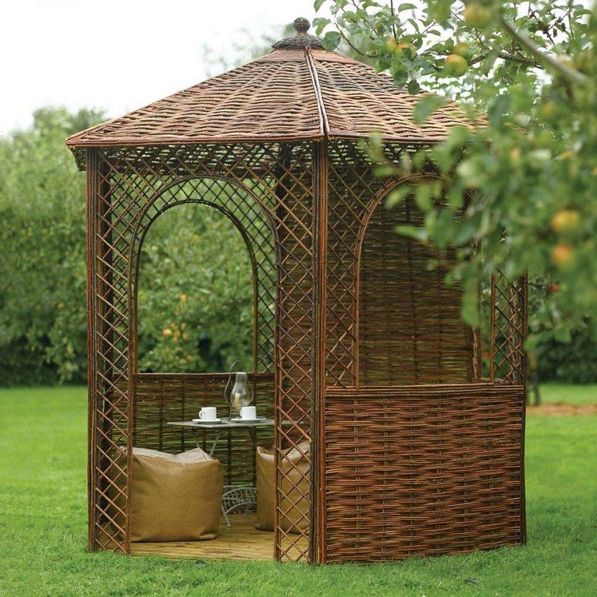 Уютное сооружение из плетеных ветвей