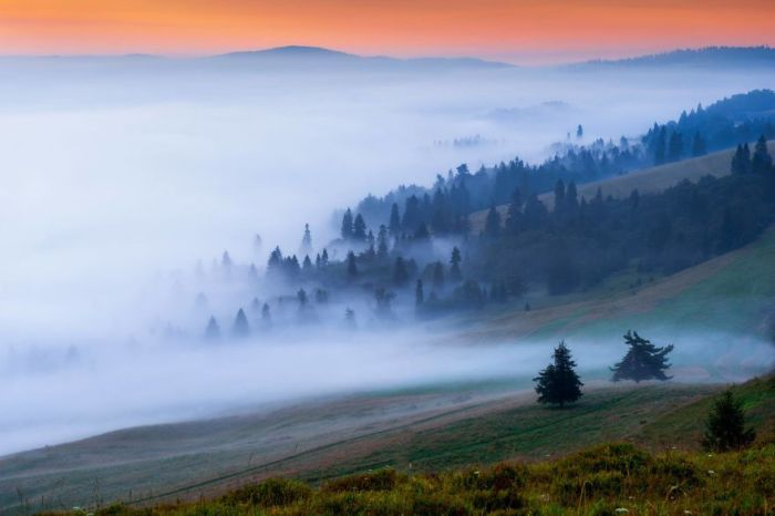Туман все ближе и ближе подбирается к вершинам, как будто подкрадывается для нападения.