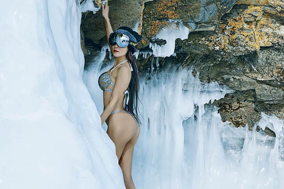 В 50 как в 20. 50-летняя китаянка Лю Елин устроила фотосессию в бикини на Байкале