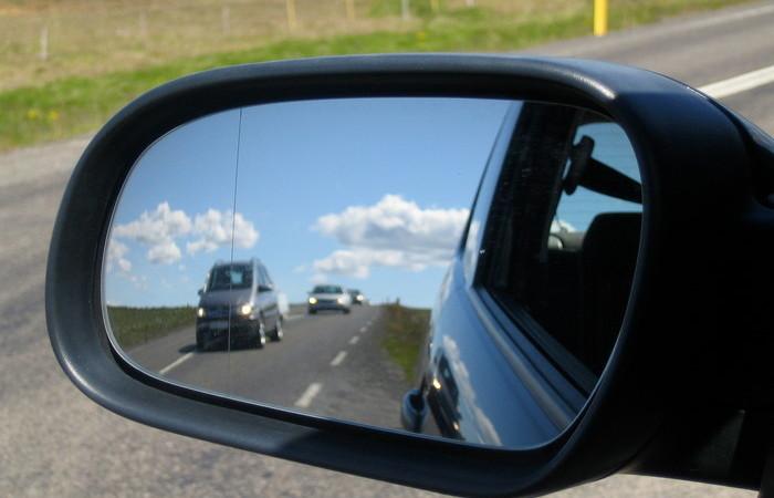 Вертикальная черточка на боковом зеркале: для чего она нужна