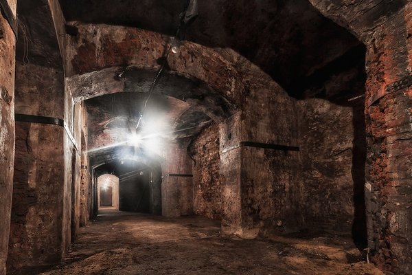 Все, как полагается - ошибиться люком и попасть в заброшенные подземелья можно и в Москве!