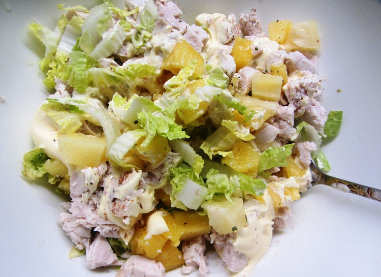 Салат с яблоком, курицей и ананасами