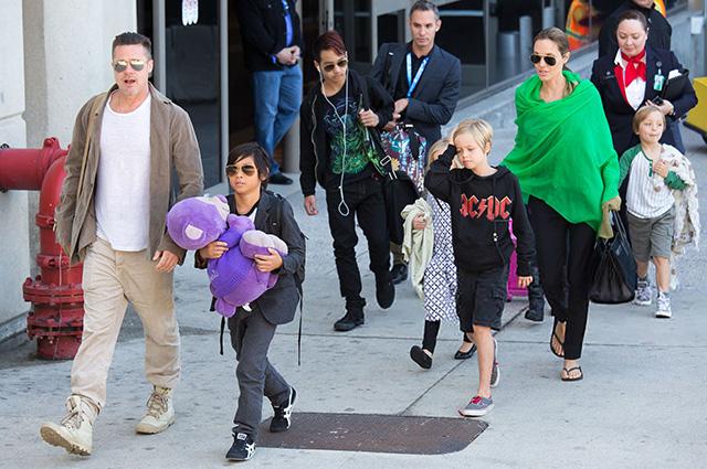 Анджелина Джоли возмущена решением суда по делу об опеке над их с Брэдом Питтом детьми Звездные пары