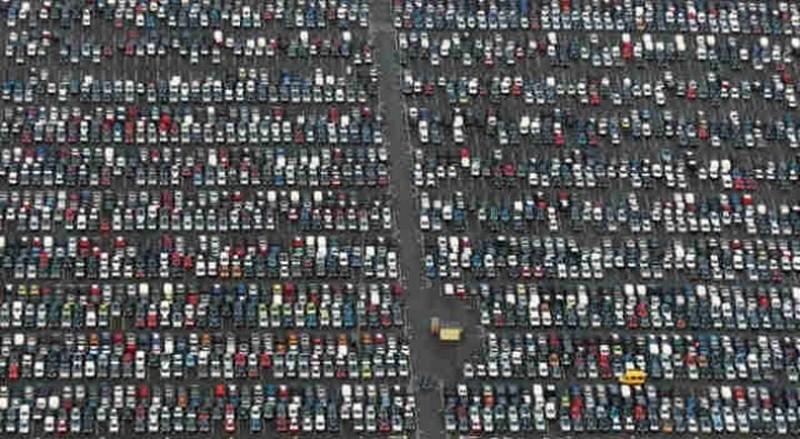 """Тысячи новеньких """"Ситроенов"""", прибывших из Франции и не нужных никому, припаркованы в городе Корби, Нортгемптоншир, Великобритания. авто, факты"""