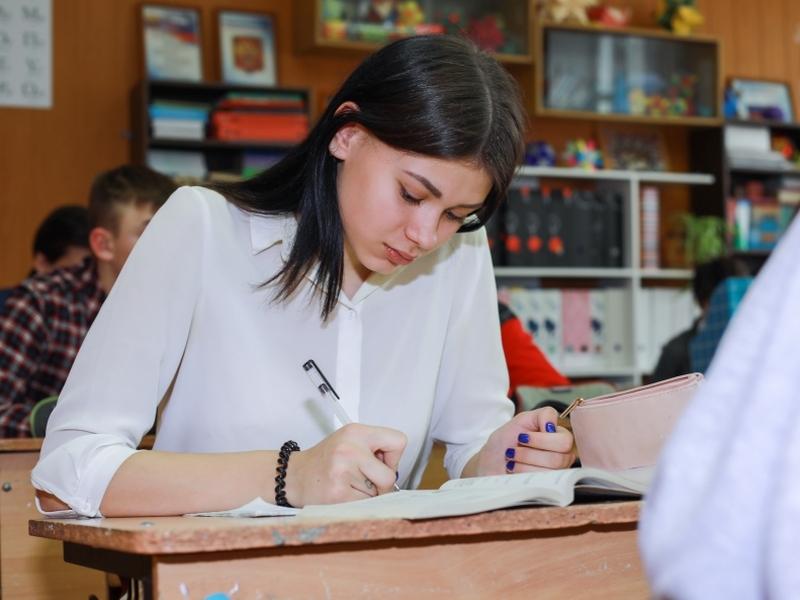 Дмитрий Быков – о ЕГЭ: школьники уже понимают, что думать вредно