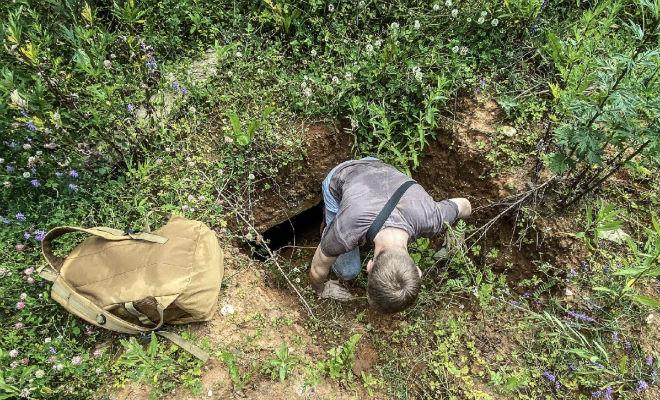 Мужчина гулял по лесу и увидел дыру в земле. Включил фонарь и решил спуститься вниз в старый военный объект Культура