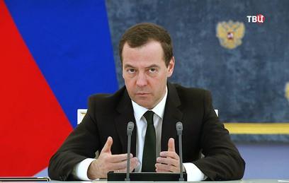 """Медведев предложил Ткачеву """"ставить будильник в разные места"""". Видео"""
