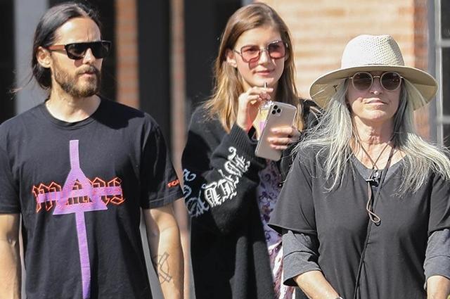 Джаред Лето с возлюбленной Валерией Кауфман и мамой на прогулке в Лос-Анджелесе