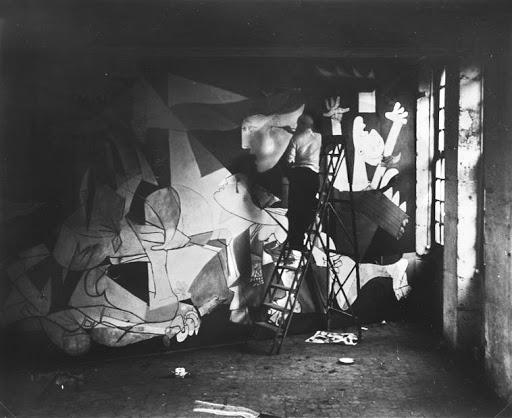 Пабло Пикассо пишет Гернику. Париж, 1937 год. \ Фото: google.com.