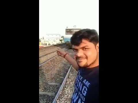 Он просто делал селфи перед прибытием поезда, но то, что произошло дальше, шокировало всех!