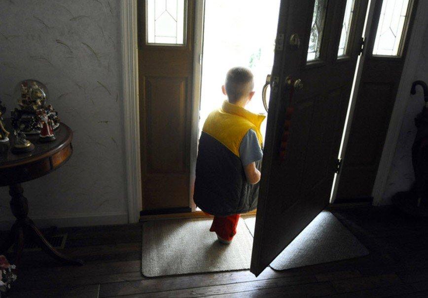 Картинка человек выходит из дома