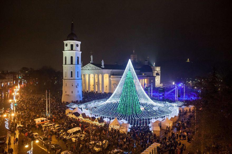 В Вильнюсе зажгли уникальную рождественскую ёлку из 50 тысяч огоньков