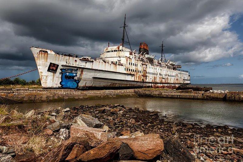 Пароход Герцог Ланкастер был построен в 1956 году в Белфасте, Северная Ирландия и использовался в качестве круизного судна. В середине шестидесятых корабль был переделан для перевозки машин, а в 1975 окончательно заброшен выброшенные, жизнь, катастрофа, корабли, красота, невероятное