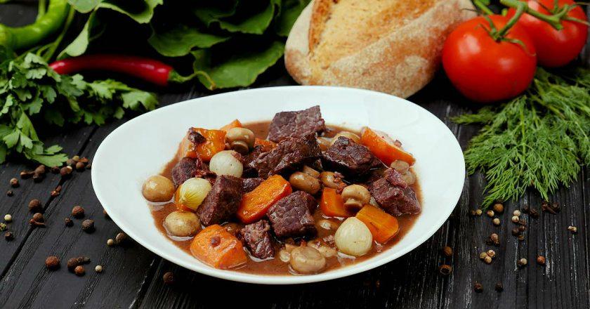 Попробовав приготовить говядину по-бургундски, вы больше не захотите готовить мясо по-другому!
