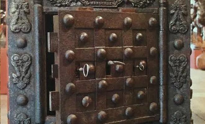 Историк показал сейф из 18 века: поверх замков находится головоломка со скрытыми пазами для ключей Культура