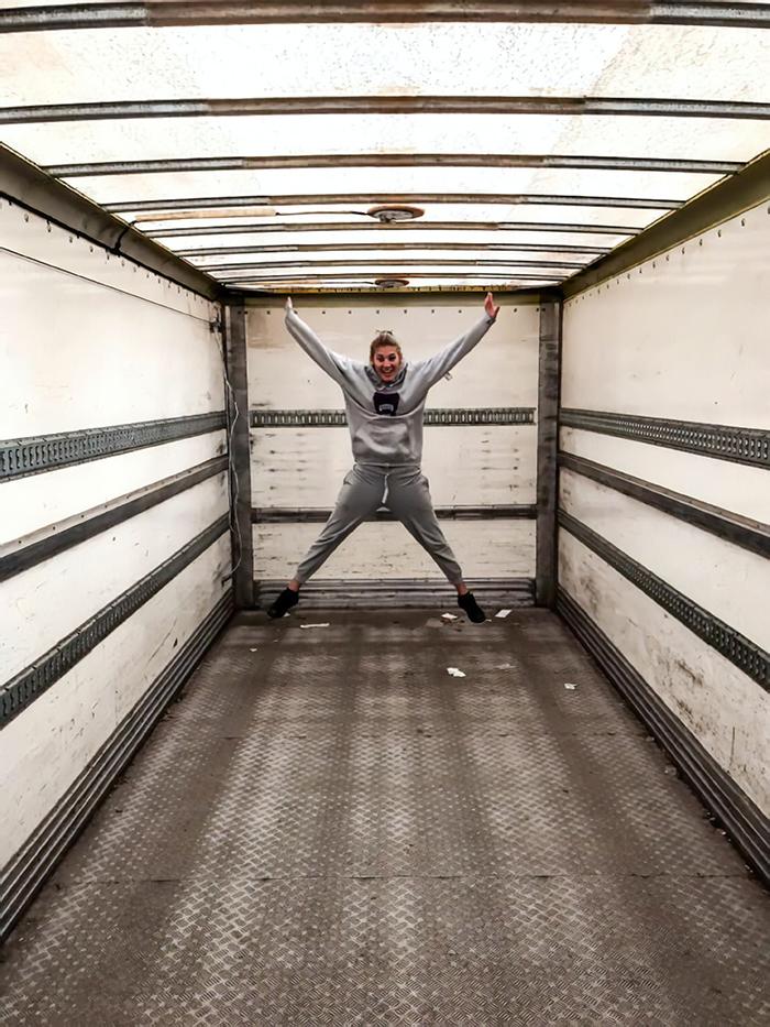 Зато всегда мобильны: семья переоборудовала грузовик в уютный дом и теперь колесит на нем по всему миру
