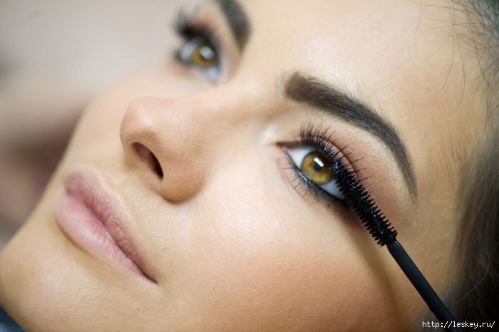 bigstock-Woman-Applying-Mascara-On-Her-332268621-1024x682 (700x466, 138Kb)
