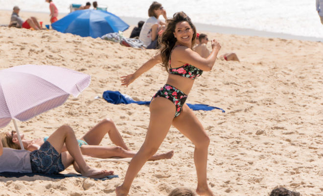 Келли Брук вышла на пляж в бикини и показала всем свою фигуру Культура