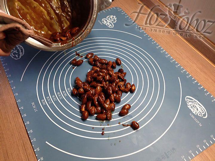 Орехи следует быстро высыпать на силиконовый коврик, который уже расстелен на ровной поверхности