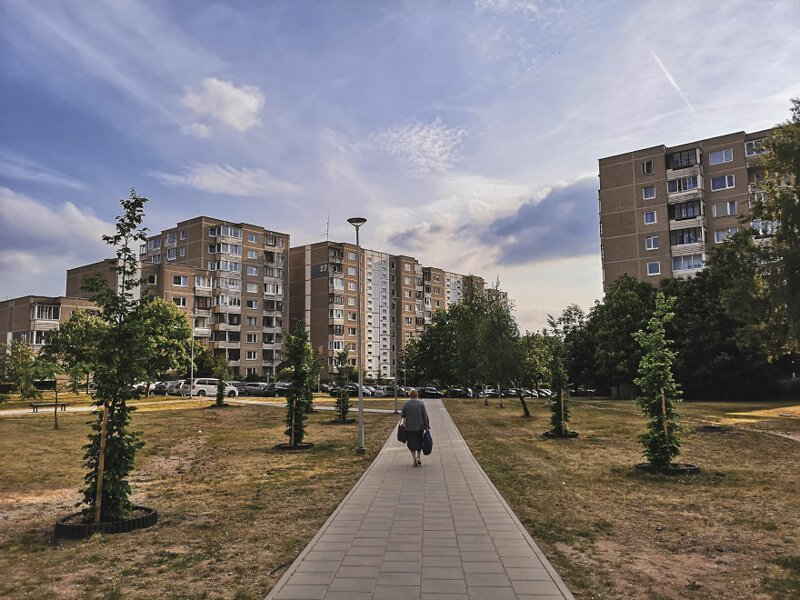 Женщина возвращается домой с покупками  Чернобыль, кино, литва, место, сериал, съемка, фото
