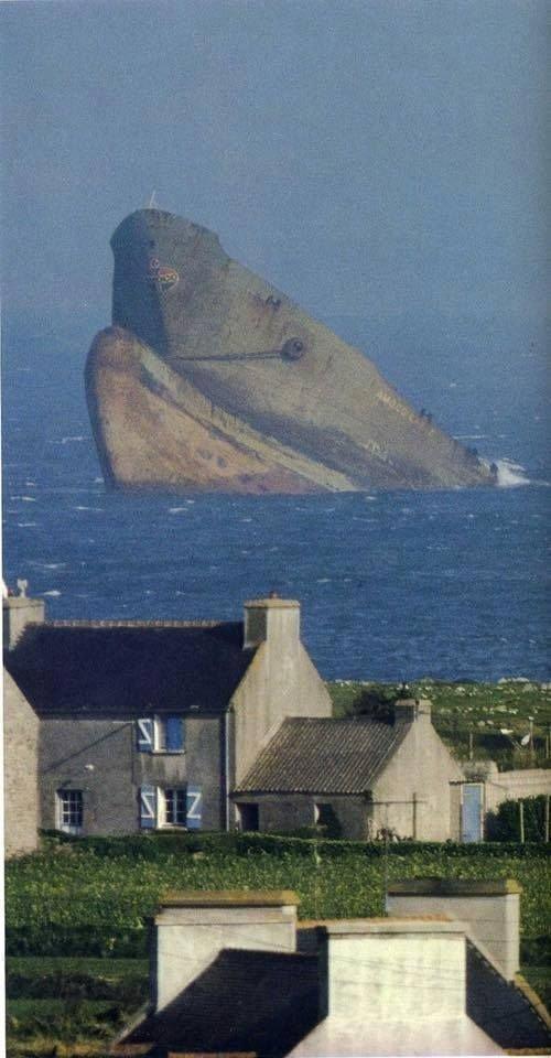 Невероятное фото - как будто гигантский кит, а на самом деле нефтяной танкер Amoco Кадис, который сел на мель в 5 км от побережья Бретани, Франция, 16 марта 1978 года выброшенные, жизнь, катастрофа, корабли, красота, невероятное