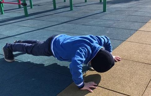 Пятилетний мальчик из Чечни установил новый мировой рекорд по отжиманиям