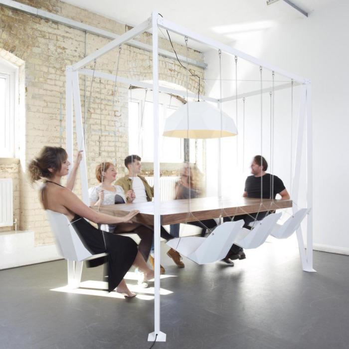 Обеденный стол с подвесными сиденьями.