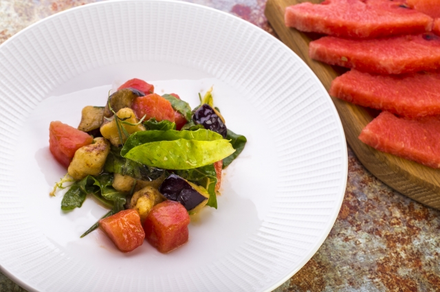 Салат с баклажанами и арбузом