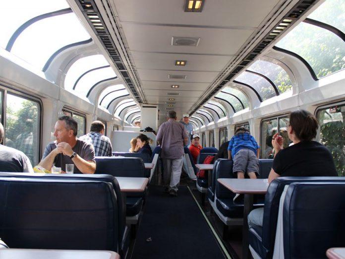 Пассажир в поезде флиртует с…